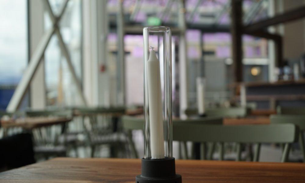 Ljusstake stående på ett bord på restaurang Vesterbrunn